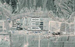 Vue aérienne du site de Dabancheng, qui, selon la BBC, abrite un camp de rééducation de Ouïghour.e.s